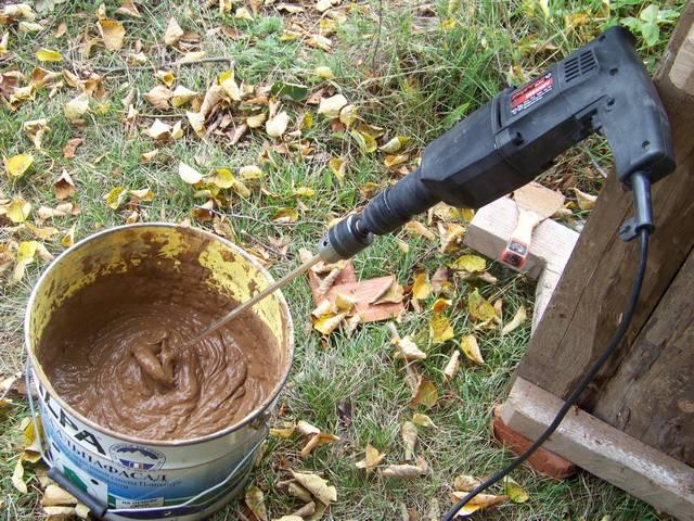 Приготовление смеси глины с опилками и известью