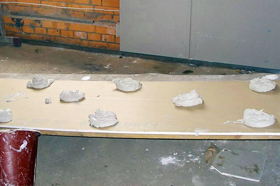 Приклеивание гипсокартона на стену