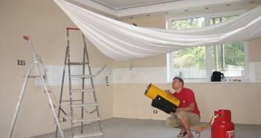 Как установить натяжной потолок: сначала обои или потолок