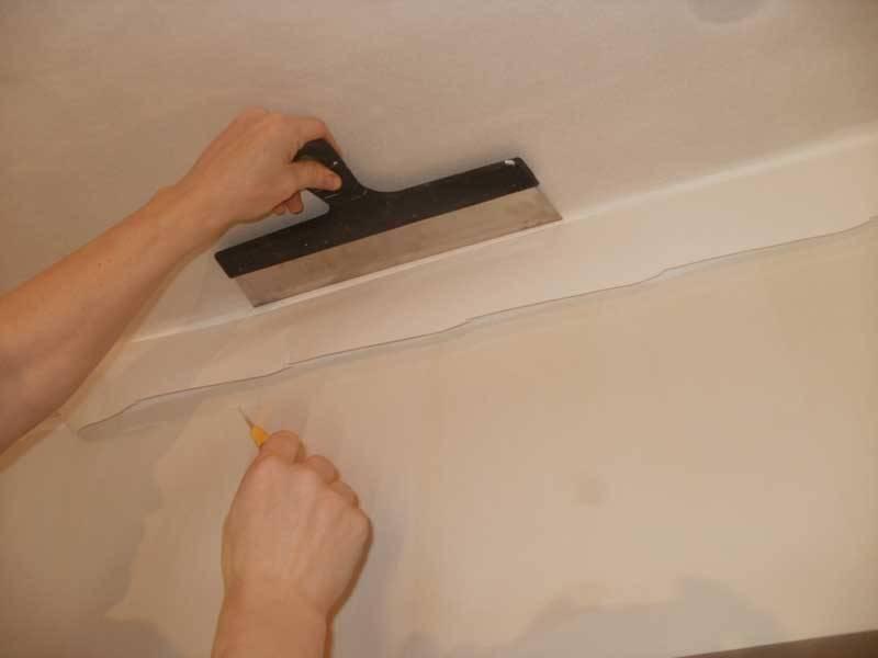 Обрезка обоев у потолка