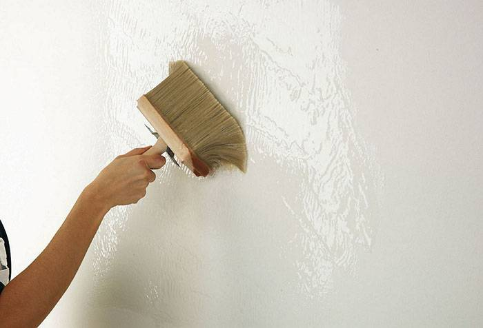 Убрать пятна на стене перед поклейкой обоев
