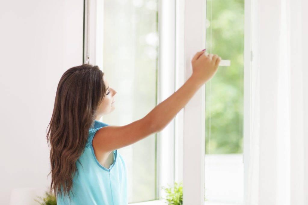 Девушка открывает окна