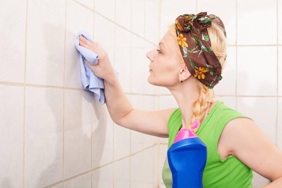 Хозяйка отмывает плитку