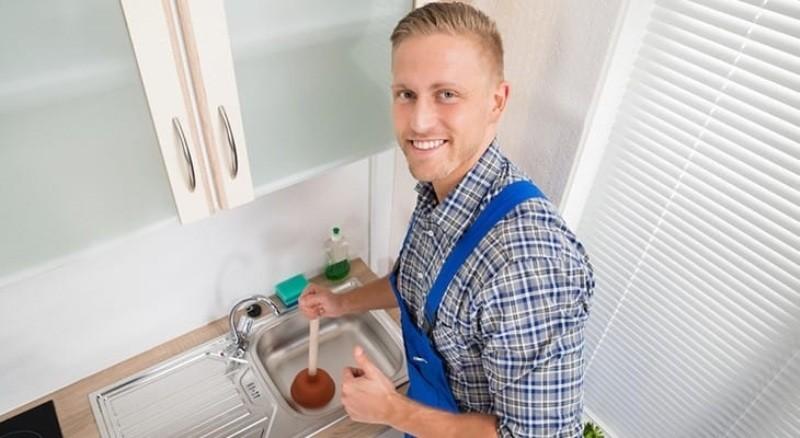 Мужчина прочищает раковину