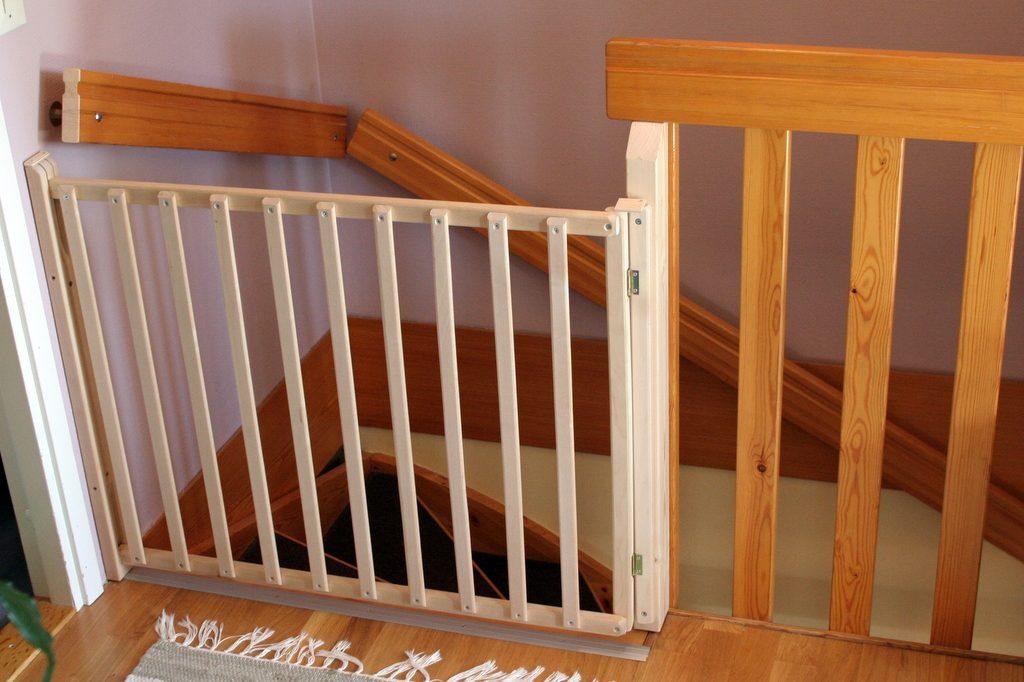 детские ворота безопасности на лестницу своими руками