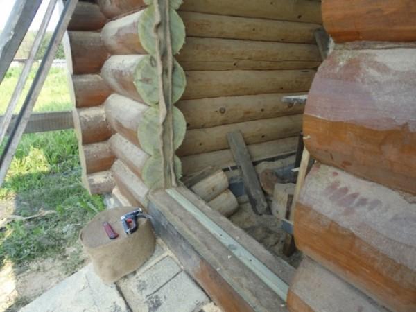 Установка входной двери в деревянном доме