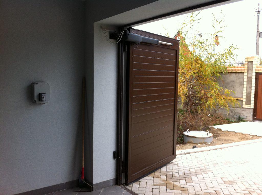 Распашные ворота в гараже