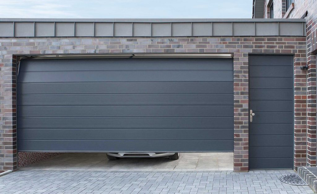 Подъемные ворота в гараже