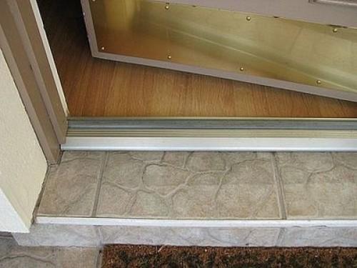 вывеска используется фото порогов при входе в квартиру портовый