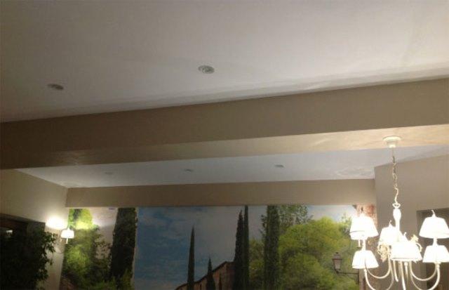 широкий ригель на потолке как обыграть фото для финишной отделки